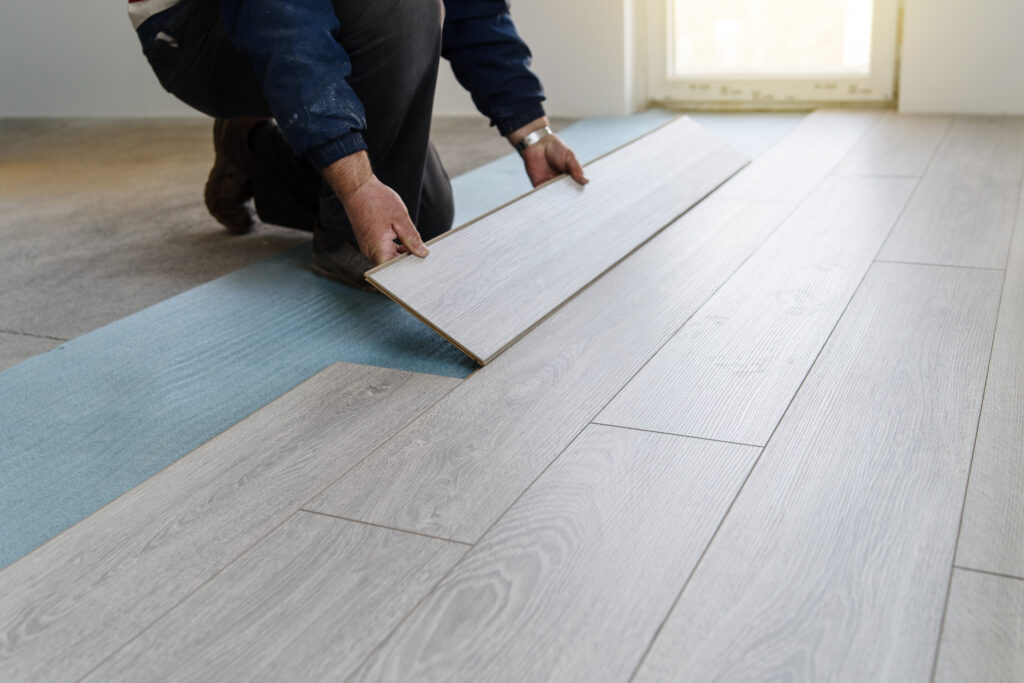 Installing laminate floor planks